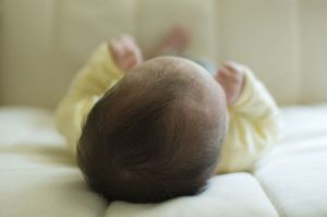 800px-Sleeping_baby_in_crib